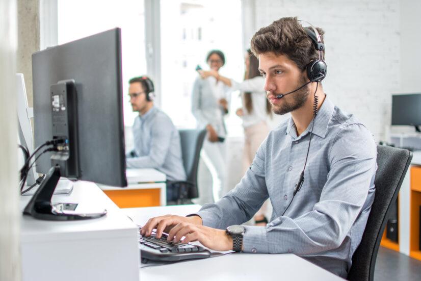 Våre teknikere kan hjelpe med kjøpsrådgivning og spesialist-support via telefon, Internett eller på stedet
